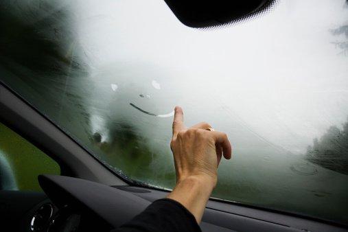 Perigos de dirigir com o vidro do carro embaçado