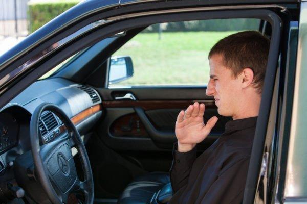 Como remover mau cheiro do carro